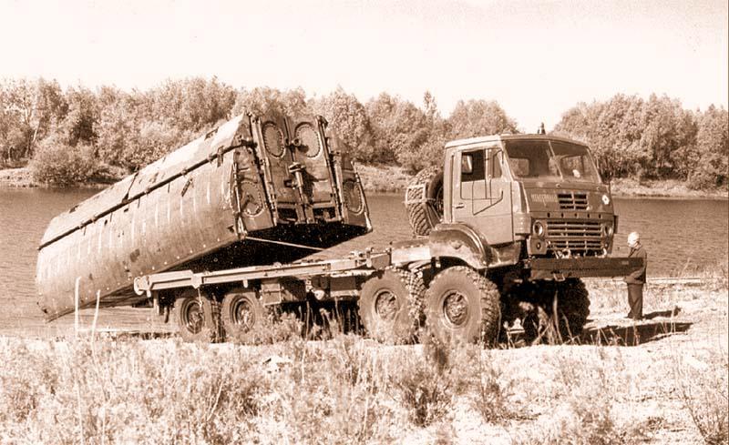 Погрузка речного звена парка ППС-91 на платформу понтонного автомобиля Урал-53236