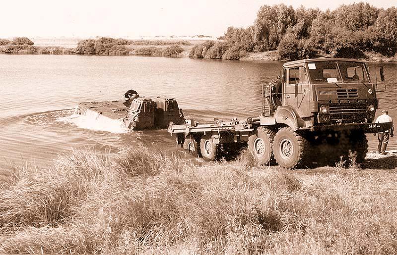 Разгрузка моторного звена МЗ-235 на воду с понтонного автомобиля Урал-53236