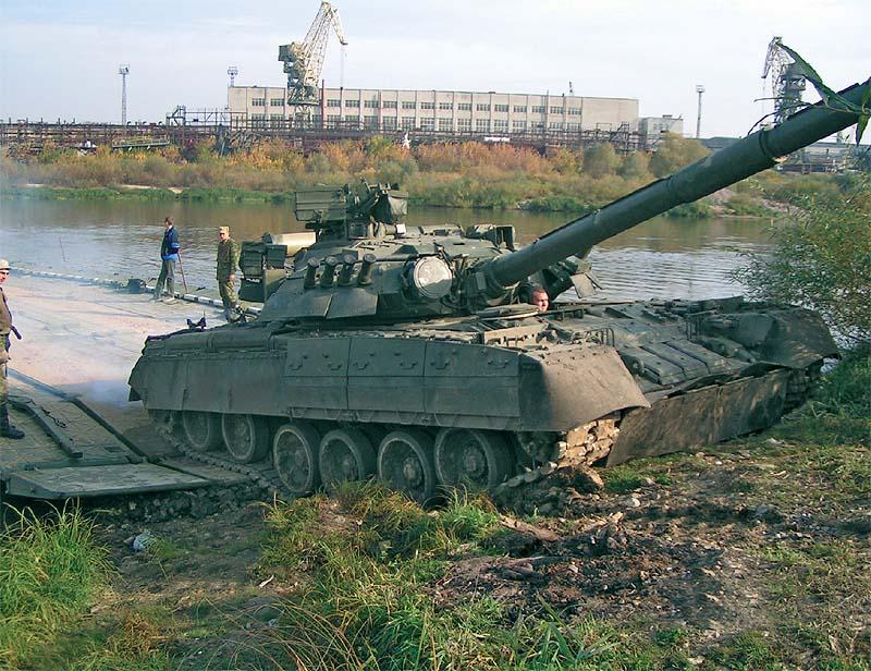 Выезд гусеничной техники (танк Т-80У) с парома на берег