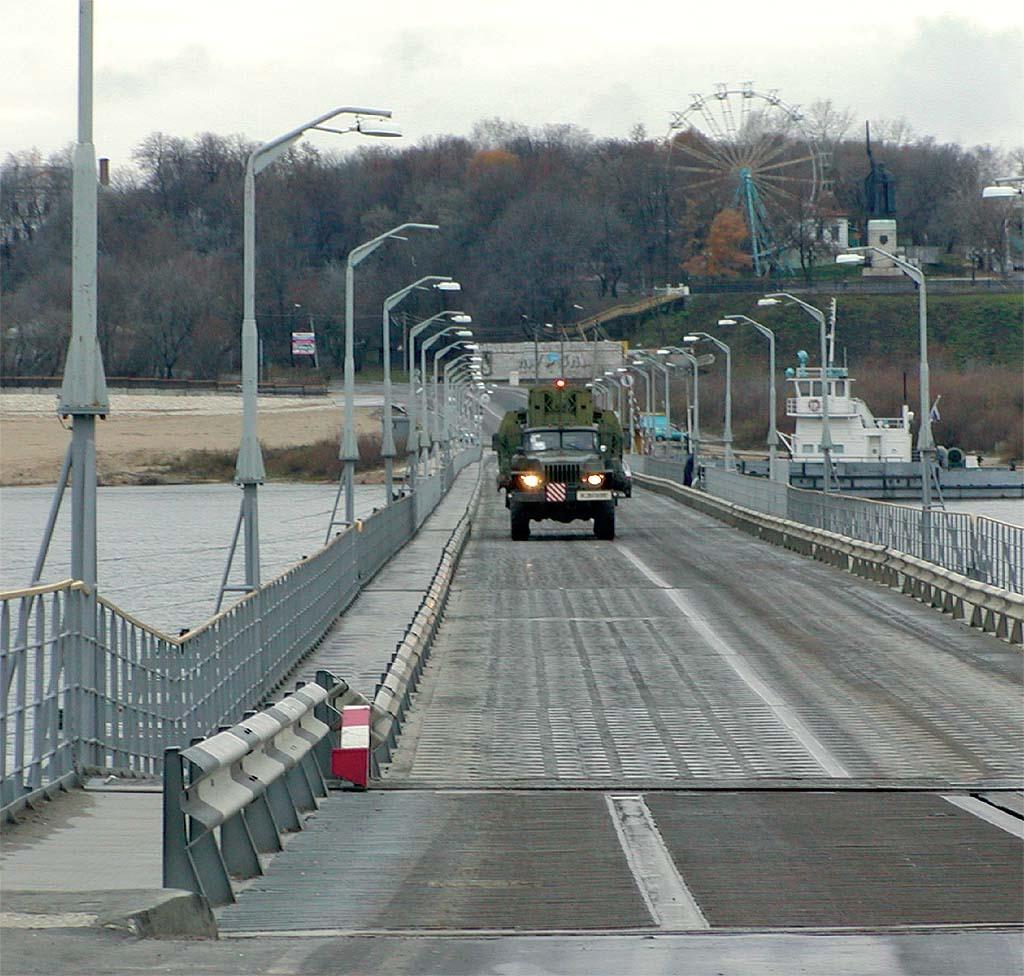 Понтонный автомобиль с береговым звеном форсирует реку Ока по наплавному понтонному мосту