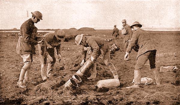 Заряжание газомётов Ливенса английскими солдатами