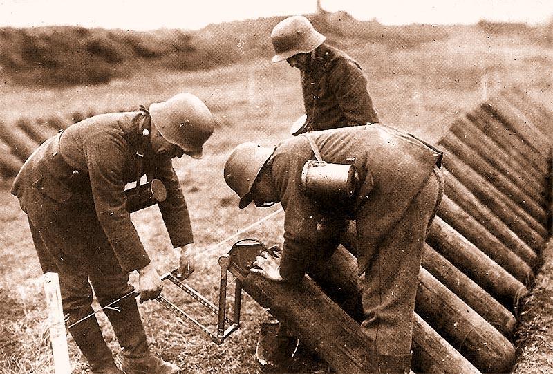 Немецкие солдаты химических войск заряжают газомётную батарею