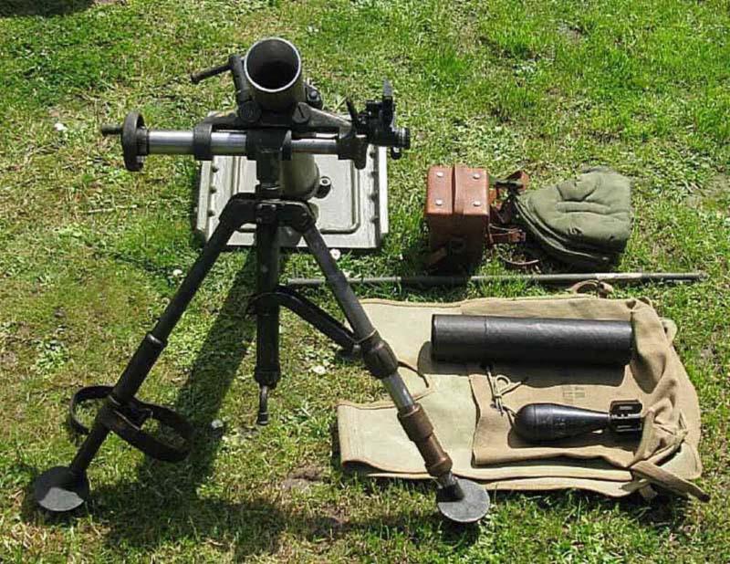 60-мм миномет М2. Кроме миномета на снимке можно видеть кожаный футляр для прицела, шомпол, картонный пенал для мины и учебную мину M69, жилет для переноски пеналов с минами
