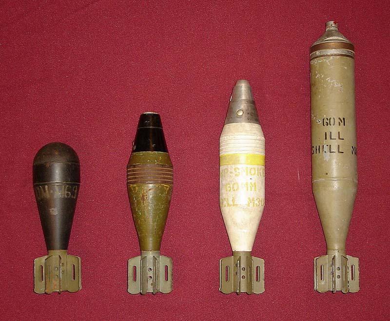 60-мм мины (слева направо): учебная M69, осколочная М49А2, дымовая М302, осветительная М83А1