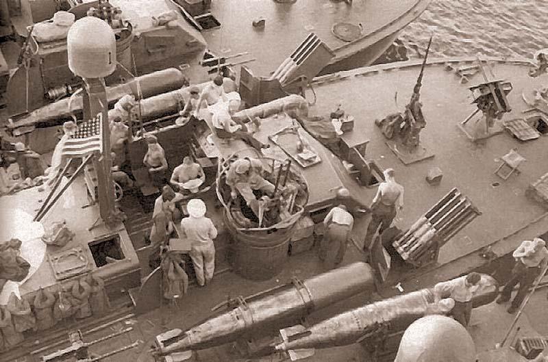Торпедный катер PT-131. Октябрь, 1944. Хорошо видны пусковые установки 127-мм неуправляемых ракет и 533-мм торпеды бортового сброса