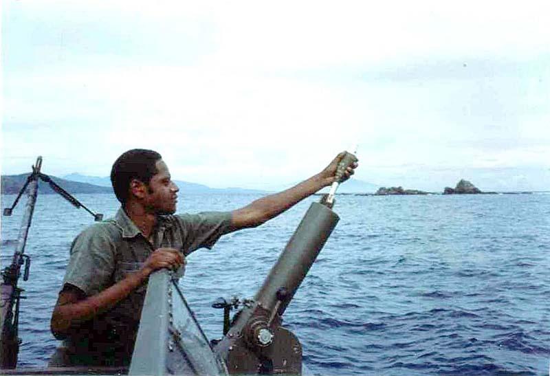 Заряжание миномета Mk.4 mod.0. Совместные учения филиппинских ВМС и подразделения SEAL. Середина 1970-х