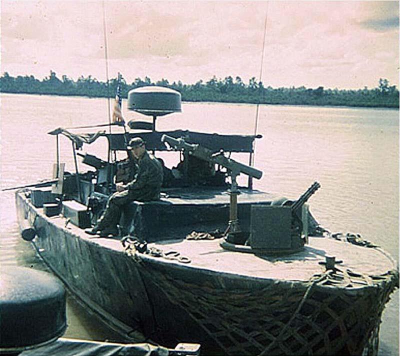 Быстроходный катер LCPL Mk 4 с минометом Mk.4 mod.0. На снимке хорошо видно, какое мощное вооружение нес этот катер. Кроме миномета на нем установлены автоматический гранатомет Mk.20, 12,7 мм пулемет и шестиствольный Minigun