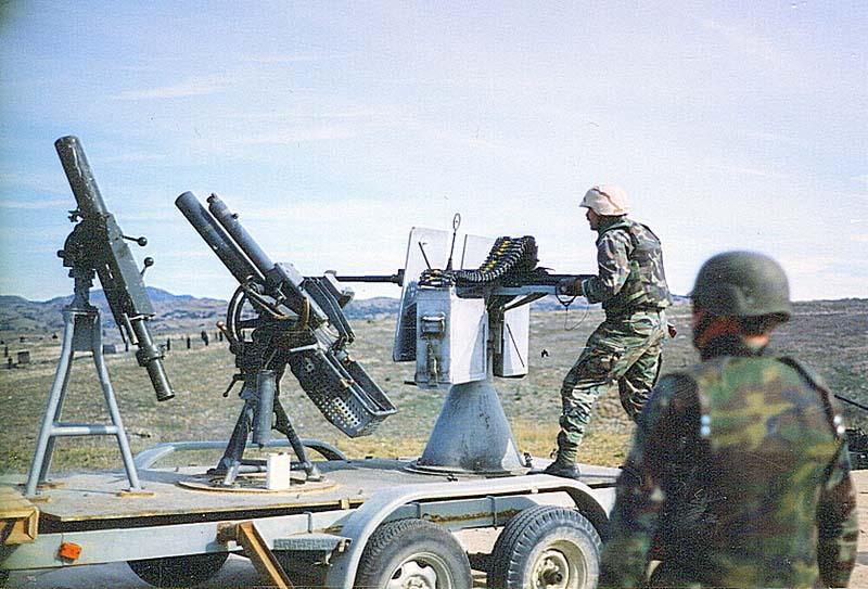 Специальная платформа с вооружением, созданная на базе грузового прицепа, использовалась в зимнее время для обучения расчетов тяжелого оружия в группе катеров специального назначения SBU-13 с 1981 года. На платформе установлены минометы Mk 2 Mod 0, Mk.4 mod.0 и 20-мм пушка MK-16. Снимок сделан в 1993 году