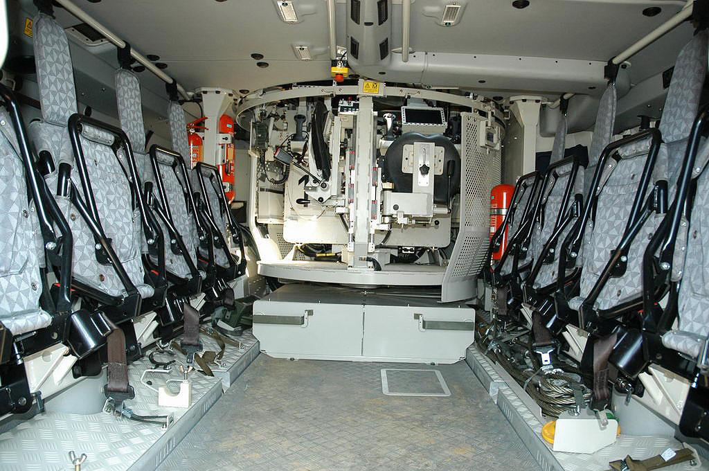 В центре – боевое отделение машины, места командира и наводчика