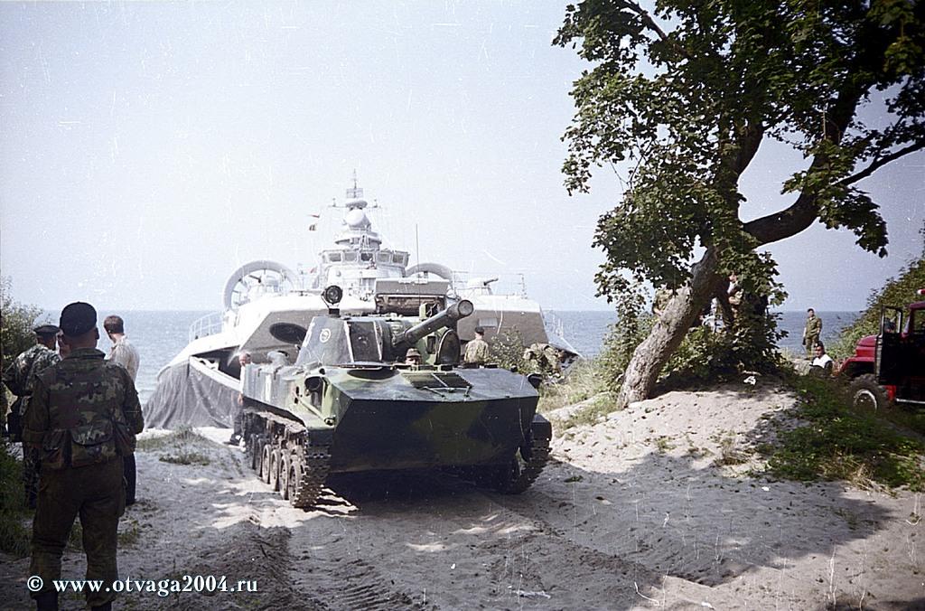 120-мм самоходная установка 2С9 «Нона-С» выгружается из десантного корабля «Зубр»