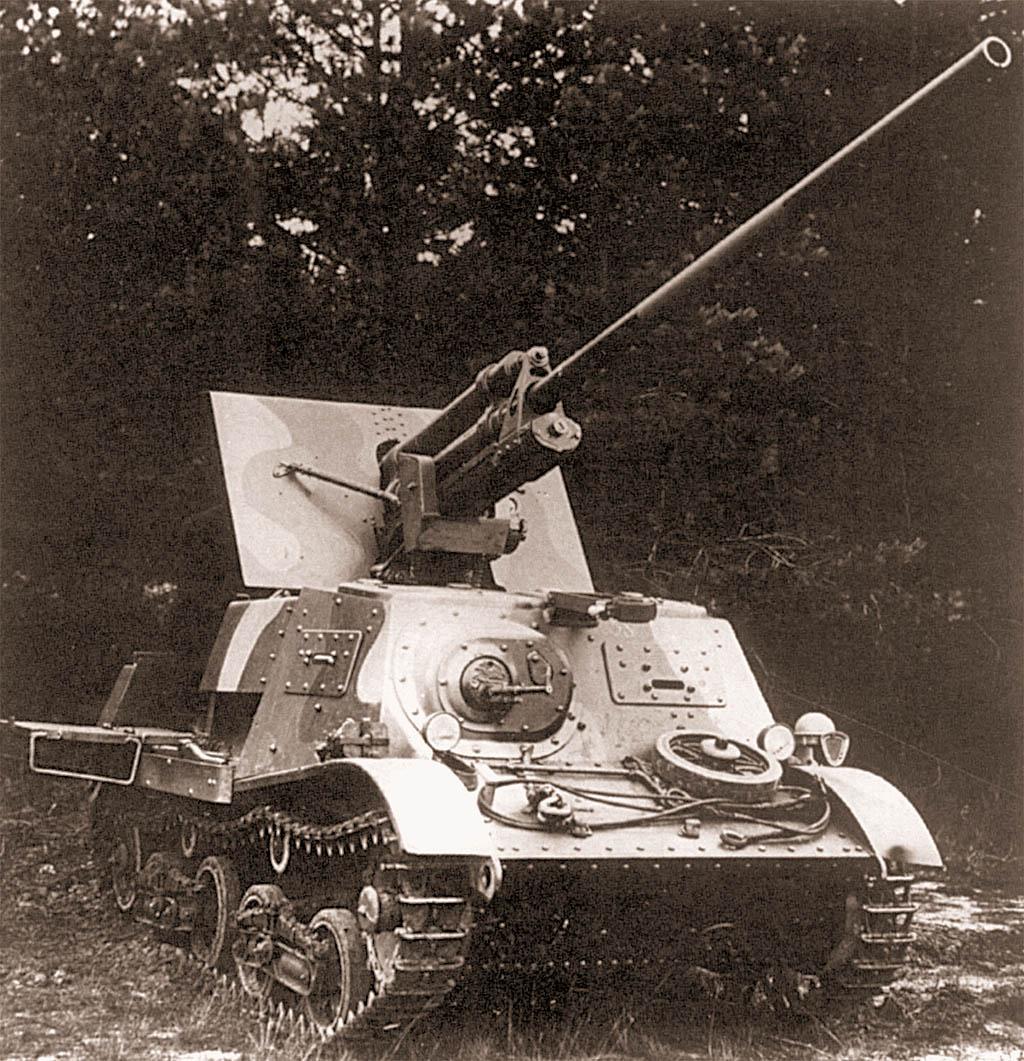 Камуфлированная установка ЗиС-30 на полигоне. Обратите внимание на сошки и ящик на корме машины, а также на значительное провисание верхней ветви гусеницы.