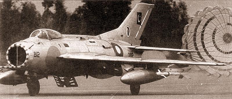 Пакистанский F-6 садится с применением тормозного парашюта. Самолет вооружен парой ракет Sidewinder. Хорошо виден щиток под фюзеляжем в выпущенном положении