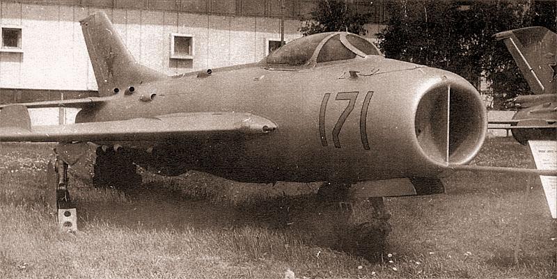 Облегченный высотный МиГ-19СВ. Обратите внимание на отсутствие фюзеляжной пушки внизу на правом борту самолета