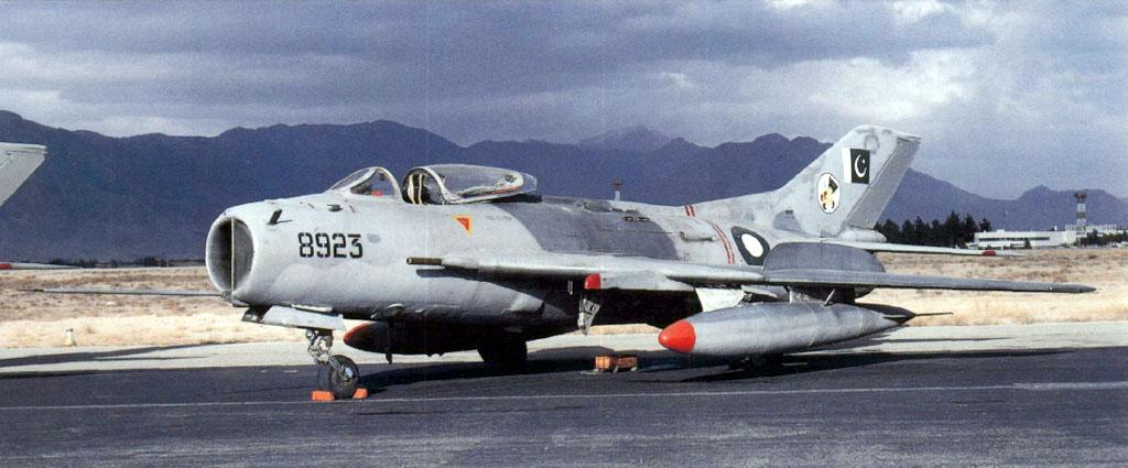 Пакистанский F-6P на аэродроме