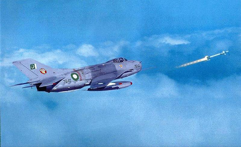 Пакистанский F-6P осуществляет запуск ракеты Sidewinder