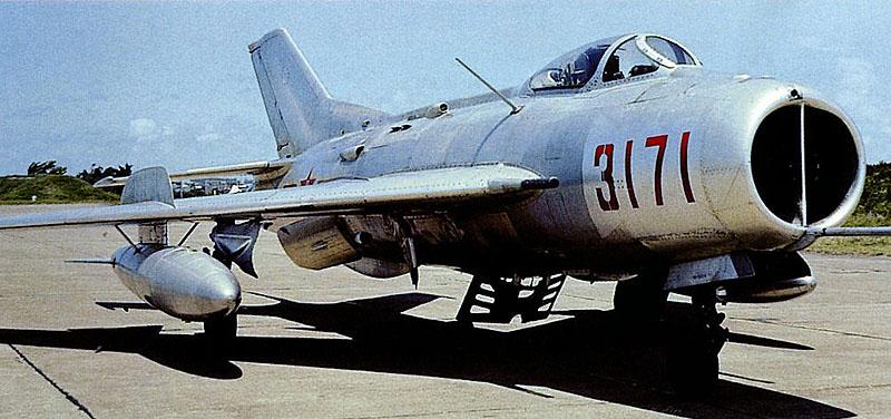 Китайская копия МиГ-19 – Цзянь-6 на аэродроме
