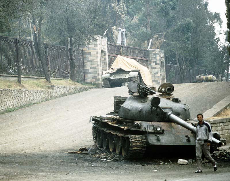 Брошенный танк Т-62 вблизи президентского дворца в Адисс-Абеба, 1991 год