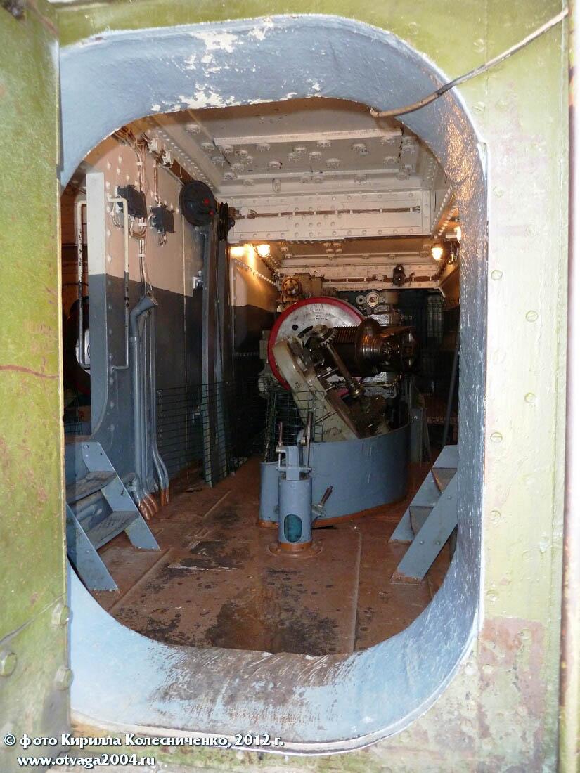 Вид в отсек среднего орудия башни через входную броневую дверь