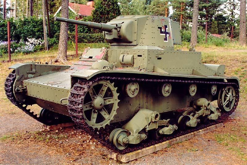 Танк «Виккерс» Мк Е. мод.F выпуска 1939 года Финской армии с установленным 45-мм орудием 20К танка Т-26. К такой мере пришлось прибегнуть в силу того, что финская промышленность не сумела освоить шведский «Бофорс» даже при наличии лицензии, а «сорокапяток» советского производства после Зимней войны было хоть отбавляй. Музей в Парола, 2002 год