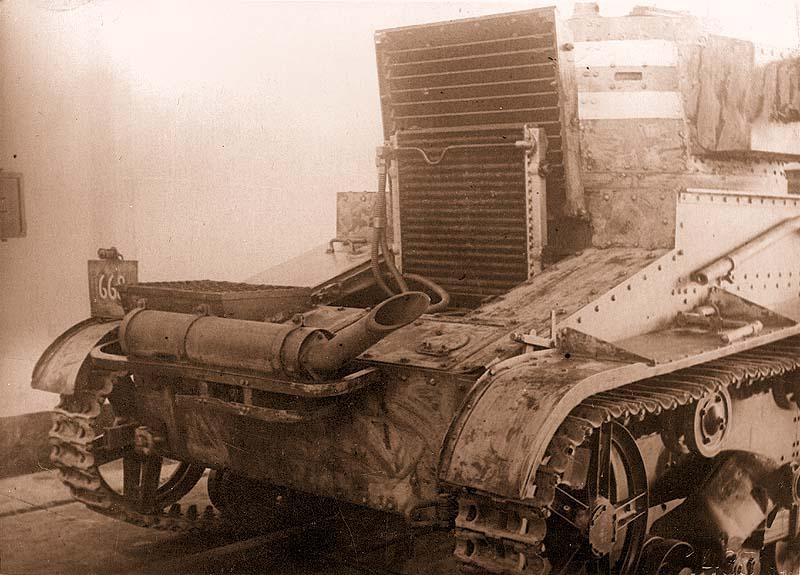 Вид кормовой части «Виккерса» с открытыми жалюзи и поднятым радиатором