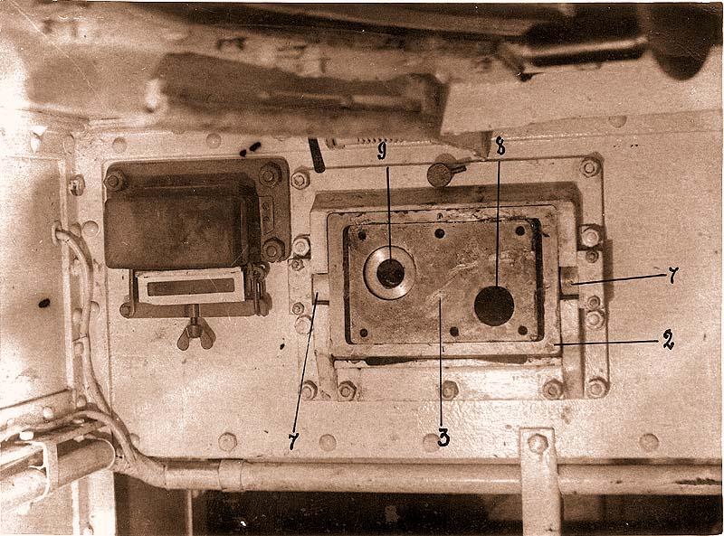 Вид установки маски в лобовом листе подбашенной коробки