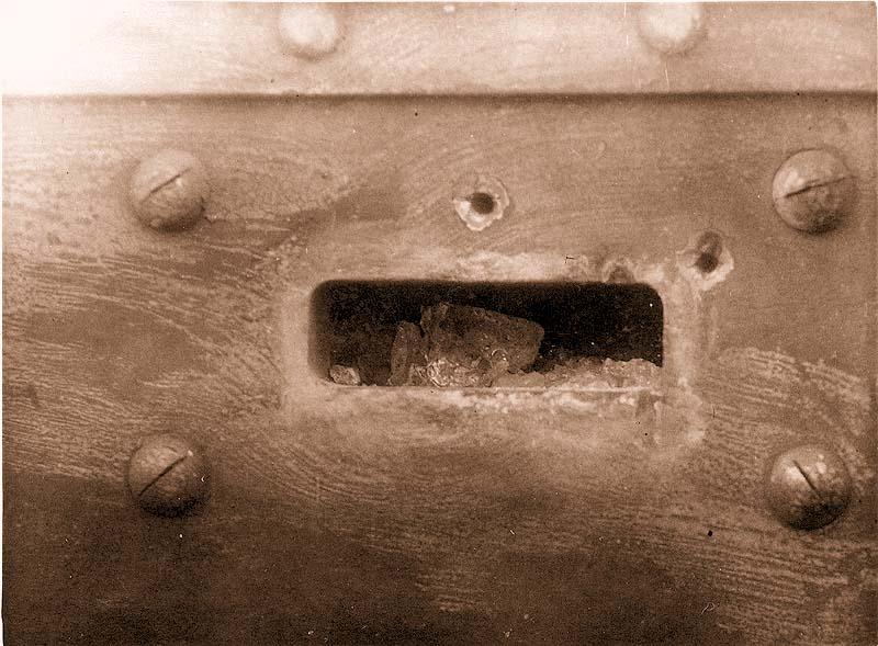 Общий вид разрушения призмы смотрового прибора с внешний стороны после 1- го поражения бронебойной пулей