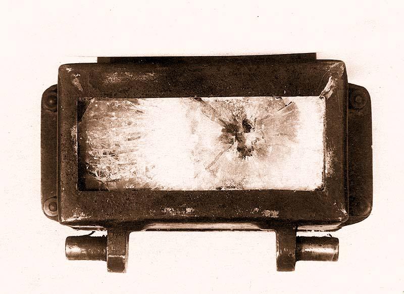 Общий вид разрушения смотрового прибора триплекс, с внешней стороны, после поражения бронебойной пулей калибра 7,62 мм