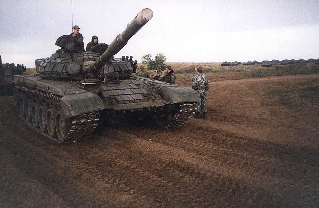 Основные боевые танки Т-80БВ и Т-72Б – главные «рабочие лошадки» чеченской войны. Фото из коллекции автора