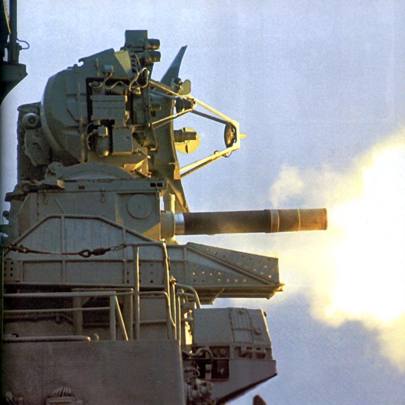 """Комплекс """"Кортик"""" ведет стрельбу по воздушной цели ракетами и из 30-мм автоматов"""