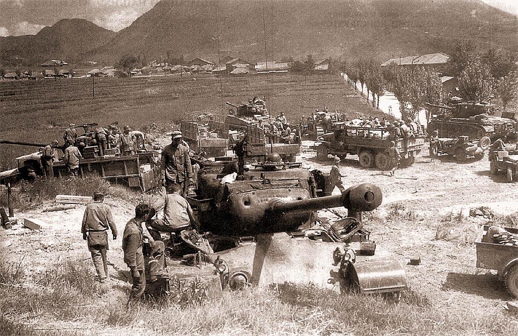 «Першинг» 1-го танкового батальона морской пехоты и «Шерманы» М4А3Е8 72-го танкового батальона армии США на боевой позиции. Корея, сентябрь 1950 г.