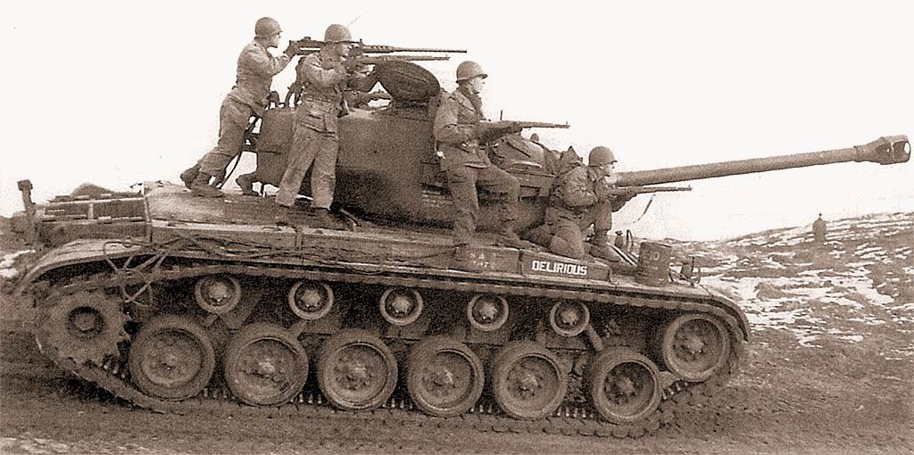 Танк М26 из 66-го танкового батальона армии США во время тактических занятий совместно с пехотинцами 42-го мотопехотного батальона. Район г.Майнц, Германия, февраль 1952 г.