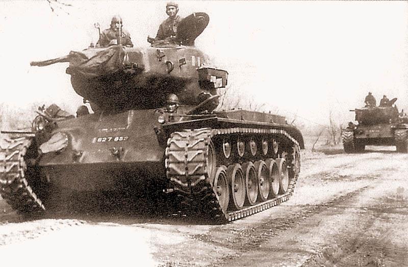 После окончания войны в Корее значительная часть «першингов» была передана американцами своим союзникам по НАТО: Бельгии, Франции и Италии. Эта коллона «першингов» французской армии движется по дороге во французской оккупационной зоне Германии. Весна 1953 г.