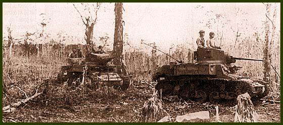 Танки М3А1 из состава подразделений поддержки морской пехоты на марше. Соломоновы острова, 6 августа 1943 года