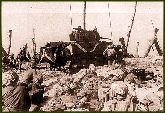Танк М5А1 роты «А» 4-го танкового батальона морской пехоты поддерживает атаку американских солдат. Остров Рой-Намюр, 1 февраля 1944 года. Машина имеет камуфляж в виде белых полос и собственное имя «Hothead»