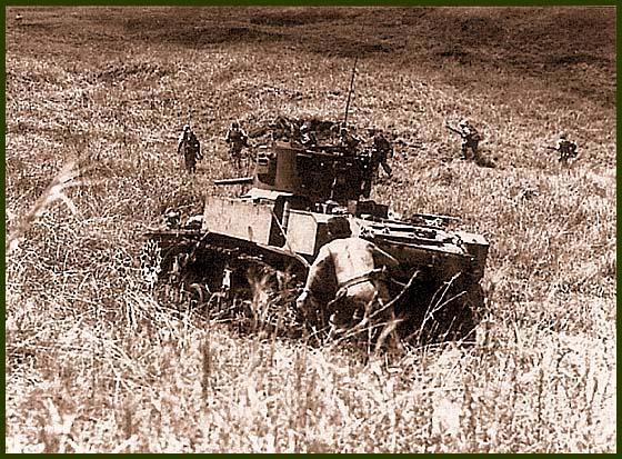 Легкий танк М3А1 поддерживает атаку американских морских пехотинцев. Новая Джорджия, осень 1943 года