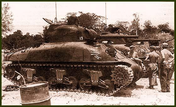 «Шерманы» М4А1 603-й отдельной танковой роты 41-и пехотной дивизии США после боя. Новая Гвинея, март 1944 года. Первый танк имеет собственное имя «Sloppy Joy»
