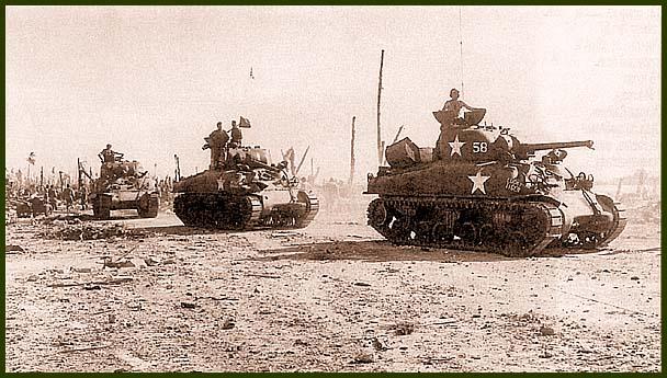 М4А1 767-го танкового батальона отходят в тыл после уничтожения группы японских укреплений. Кваджалейн, 4 февраля 1944 года. На борту первого танка с бортовым номером «58» видна надпись «Lucky Tiger», вторая машина называется «Miss Dinah»
