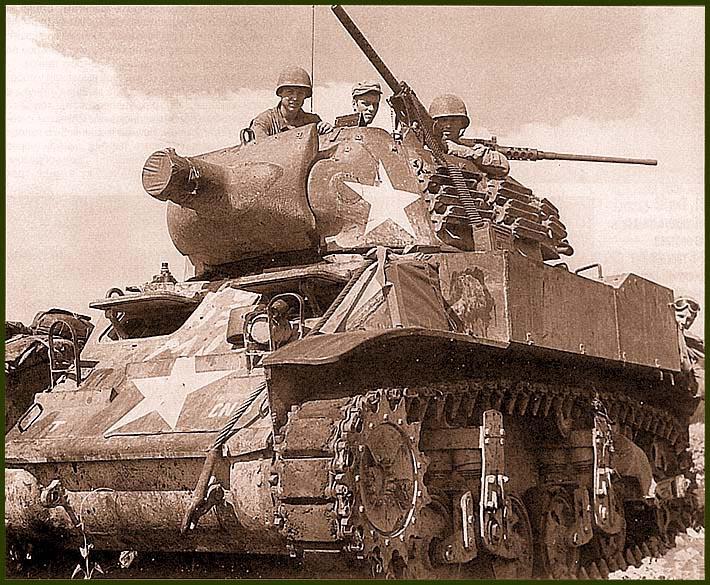 Самоходная 75-мм гаубица М8 (на базе легкого танка М5А1) на марше. Остров Сайпан, июнь 1944 года
