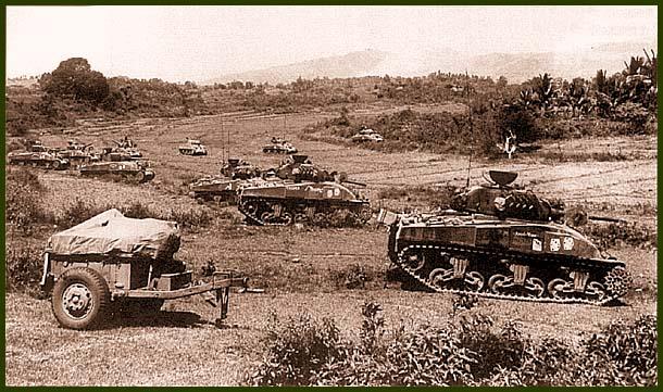 «Шерманы» 775-го танкового батальона армии США во время боев в районе Байджио. Филиппины, январь 1945 года. На бортах танков нанесена эмблема батальона – игральные кости