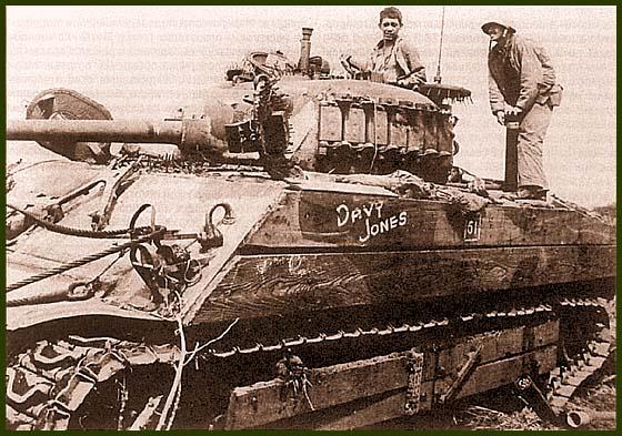 «Шерман» «Davy Jones» 5-го танкового батальона морской пехоты. Иводзима, февраль 1945 года. Машина оснащена деревянной «броней» для защиты от японских магнитных противотанковых мин