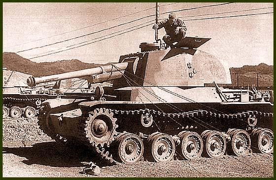 Танки Тип 3 «Чи-ну» и 75-мм противотанковые установки Тип 3 «Но-ни» III (на заднем плане) после капитуляции Японии.Танковый парк Хаката в районе города Фукуока, остров Кюсю, сентябрь 1945 года. Тип 3 являлись наиболее удачными японскими танками, но в боях они не участвовали