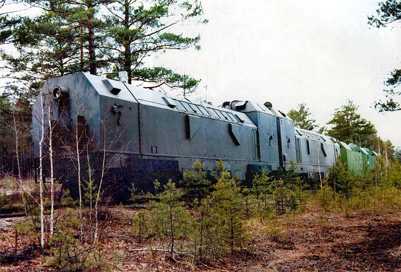 После расформирования бронепоездов на хранении остались только бронированные локомотивы. Первый в сцепке – тяговый тепловоз ТГ-16