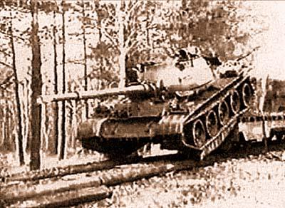 Т-62 сходит с платформы для действий на местности
