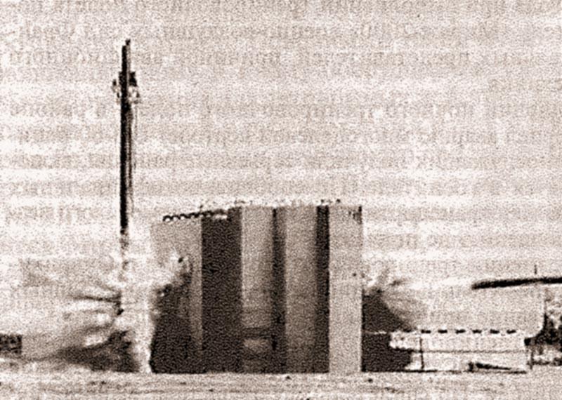 Боевая часть BLU-113/B пробивает железобетонную преграду толщиной 4,6 м