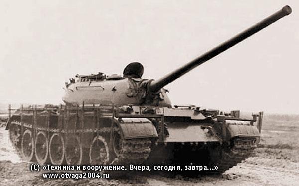 Танк Т-54 с секционными бортовыми экранами из плетеной сетки