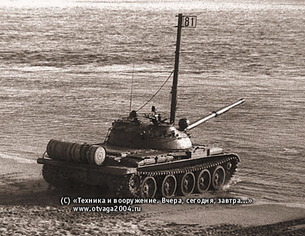Танк Т-62 с установленным оборудованием для подводного вождения