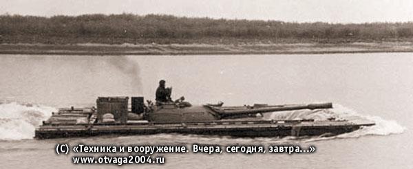 Танк Т-54 с навесными плавсредствами ПСТ-54 преодолевает водную преграду