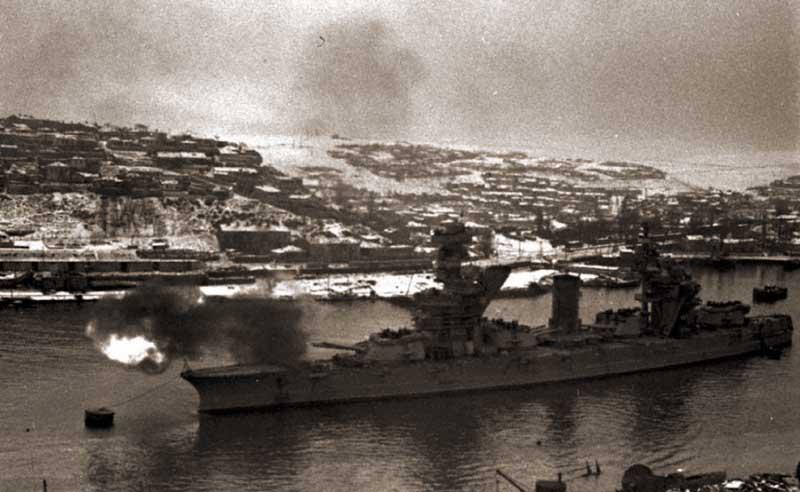 """Линейный корабль Черноморского флота """"Парижская коммуна"""" ведет огонь по позициям противника из Южной бухты Севастополя. 29 декабря 1941 г."""