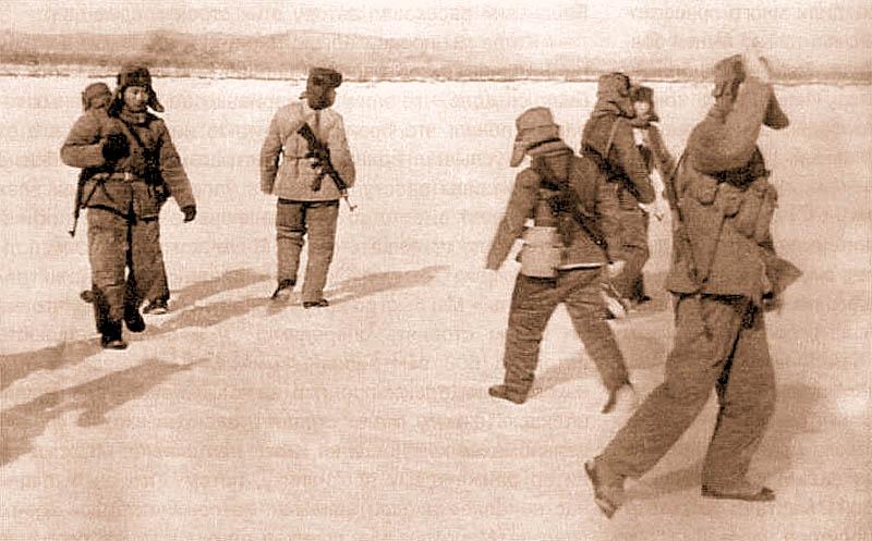 Последние снимки, сделанные фотохроникером рядовым Н.Петровым. Через минуту китайцы откроют огонь на поражение и Петров будет убит...