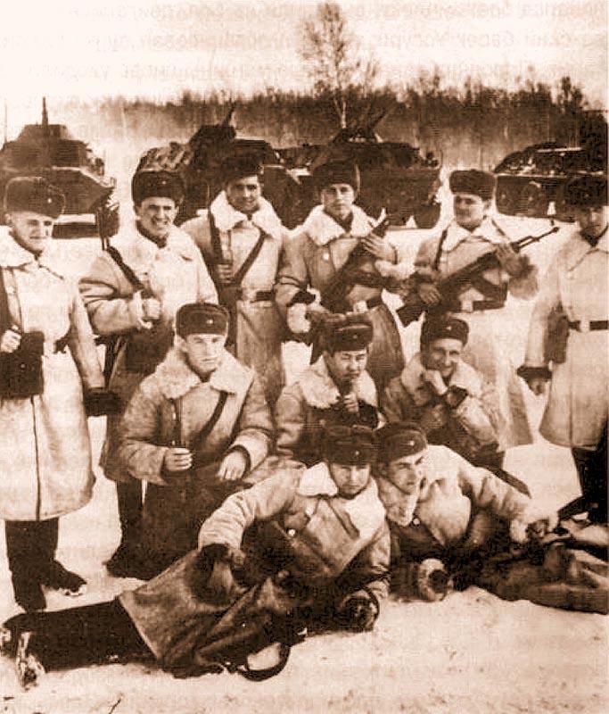 Группа пограничников с заставы В.Бубенина (снимок сделан вскоре после боев на Дамаском, на заднем плане видны БТР войск усиления